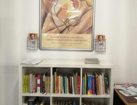 knjižne police pred laboratorijem