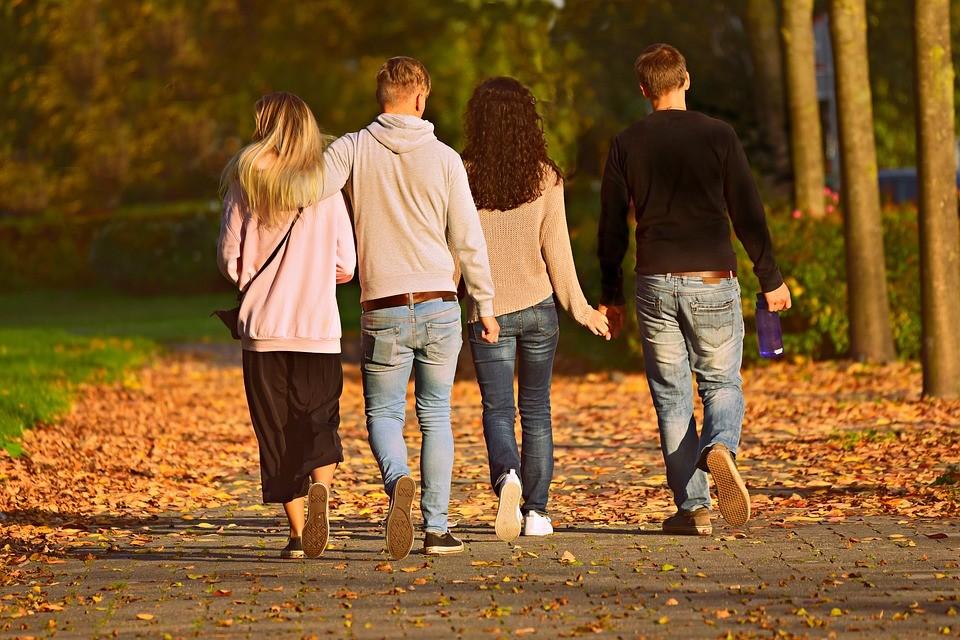 ljudje na jesenskem sprehodu